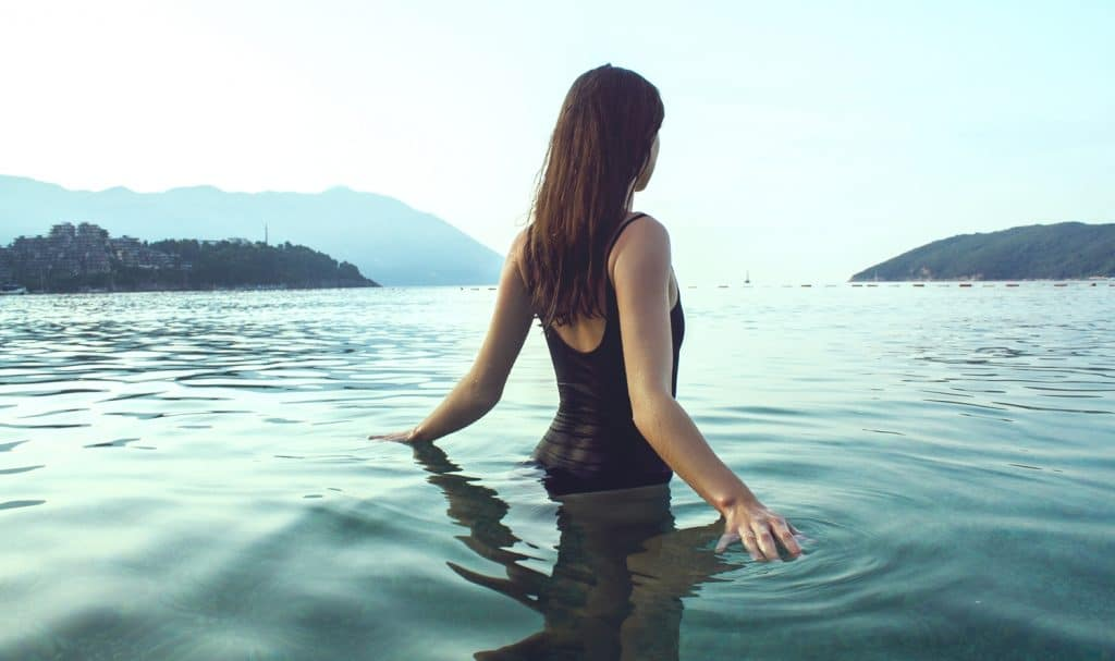 Kúpanie v rybníkoch, jazerách či bazénoch môže byť rizikovým faktorom vzniku infekcie